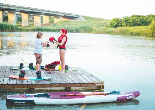 Raluka dependentă de adrenalina! Cântăreața face wakeboarding!